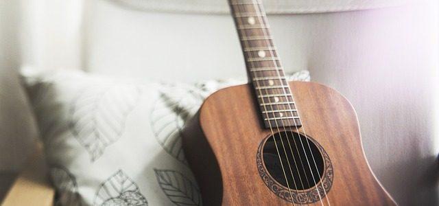 A close up of a guitar.