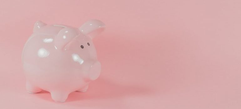 A pink piggy bank - start saving money when preparing your moving budget